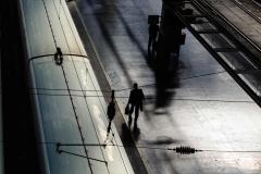 Sombras sobre el suelo gris