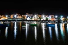 Reflejos de luz entre las barcas